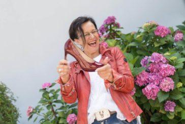 Frau Silvia Pranzl hält einen Ihrer Produkte in der Hand
