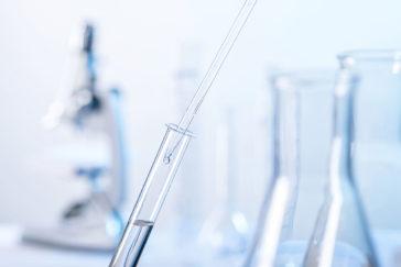 Eine Laborszene mit Pipette und Reagenzglas
