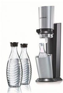 Ein Sodastream in Silber mit drei Glaskaraffen
