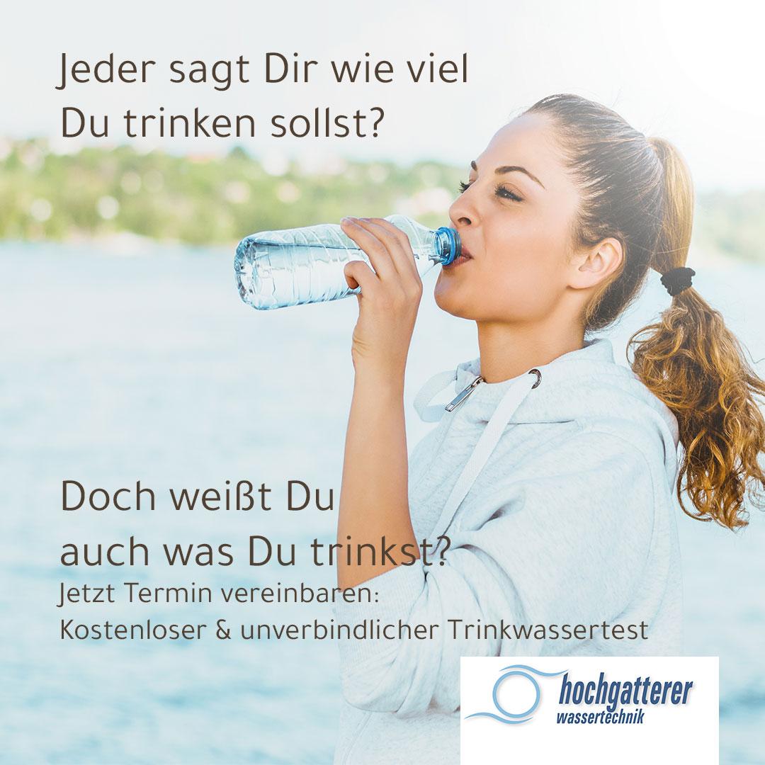 sportlich gekleidete Dame, die genüsslich Wasser trinkt