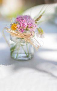 Wasservase mit Blumen