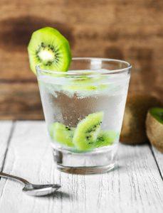 Ein Glas Wasser mit Kiwis